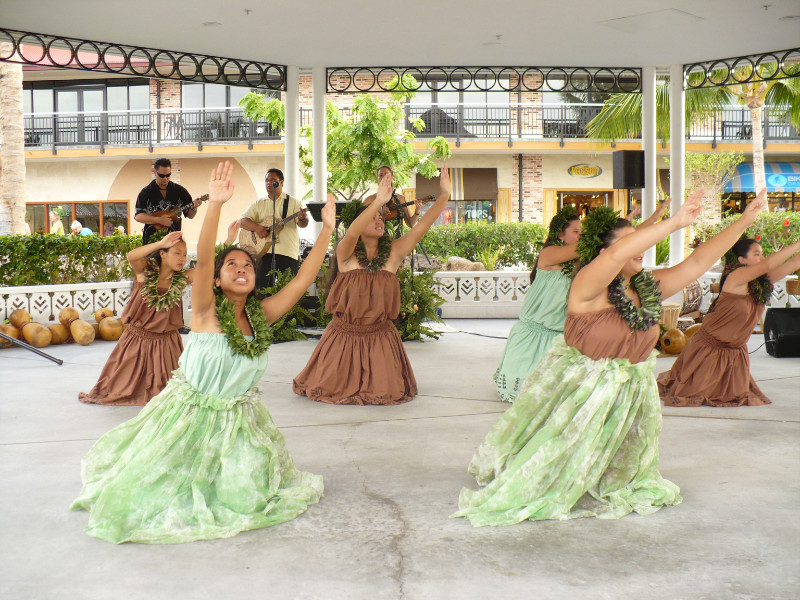 Hula at Queen Shops
